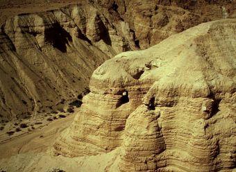 Qumran, vue extérieure de la grottte 4. Photo DR.