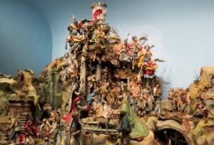 Crèche de la chapelle du Palais royal de Naples. Les crèches napolitainesmêlent typiquement la scène de la Nativité aux paysages de ruines antiques età des scènes de village contemporains. photo © CC, Wikimedia.org