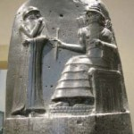 stèle d'Hammurapi. détail de la partie supérieure. Paris, Musée du louvre. Photo Wikimedia, ccl.