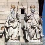 les rois Josias et Ménassée, représentés par Juan bautista Monegro sur la façade de l'église du Monastère royal de l'escorial près de Madrid. Photo Wikimedia, ccl.