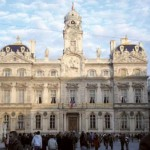 Façade de l'Hôtel de Ville de Lyon (restaurée suite à l'incendie de 1674 et embellie entre 1700 et 1703, sur les plans de Jules Hardouin-Mansart et Robert de Cotte. Photo Gonedelyon C.C. Wikimedia